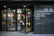 Die Hochschule Luzern kämpft mit finanziellen Schwierigkeiten. Im Bild: Der Eingang zur Hochschule Luzern - Wirtschaft. (Bild: Archiv PD)