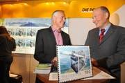 Freude über die Sondermarke: Gestalter Fredy Trümpi (links) und Stanserhornbahn-Direktor Jürg Balsiger. (Bild: Corinne Glanzmann/Neue NZ)