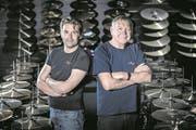 Heinz (links) und Sepp Glanzmann in ihrem Schlagzeugshop. (Bild: Pius Amrein/Altishofen, 25. April 2017)