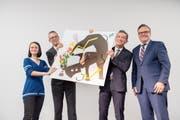 Baudirektor Roger Nager (ganz rechts) übergibt den neuen Erweiterungsbau symbolisch mit einem dreiteiligen Bild an die zukünftigen Nutzer (v.l.n.r.): Jasmin von Mentlen (Lernende), Rektor David Schuler und Landammann Beat Jörg. (Bild: PD)