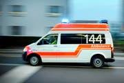 Der schwer verletzte Motorradfahrer musste mit der Ambulanz ins Spital gebracht werden. (Symbolbild LZ)