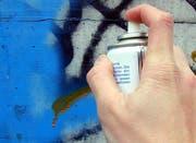 Unbekannte haben diverse Objekte mit Farbspray verschmiert. (Bild: PD (Symbolbild))