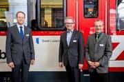 Sie freuen sich über das Roll-out der neuen Komposition: Renato Fasciati, Geschäftsführer der Zentralbahn, Stefan Roth, Luzerner Stadtpräsident und Gerhard Züger, Leiter Produktion und Rollmaterial. (Bild: pd)