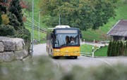 Das Postauto wird in Finstersee nur noch bis Ende 2018 verkehren. (Bild: Stefan Kaiser (Menzingen, 4. Oktober 2017))