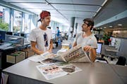 Simon Schürch (links) und Mario Gyr bei der Lektüre unserer Ausgabe vom 12. August. Zum Poster sagen sie: «Unsere weissen Füsse hätte man nicht zeigen müssen.» (Bild: Neue LZ / Pius Amrein)