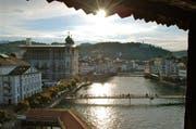 Ausblick vom Luzerner Wasserturm auf Reuss, Jesuitenkirche und Luzerner Theater. (Bild: Leserbild Heinz Schürmann)