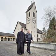 Der serbisch-orthodoxe Pfarrer Dragan Stanojevic (links) mit Kirchgemeindepräsident Peter Kaufmann vor der Kirche St. Josef am Tag des Verkaufsentscheids. (Bild: Pius Amrein (Perlen, 24. Januar 2016))