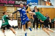 Kriens-Spieler Boris Stankovic (in Blau, im Oktober gegen Wacker Thun): Muss er Ende Saison gehen, oder darf er noch eine Saison anhängen)? (Bild Nadia Schärli)