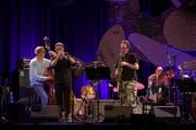 John Zorn am Saxophon - hier mit dem Masada Quartet - in der Willisauer Festhalle. (Bild: Marcel Meier / Jazz Festival Willisau,)