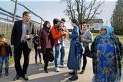 Schwester Nadia vom Kloster Baldegg zusammen mit syrischen Flüchtlingen, die seit Januar im Gästehaus (im Hintergrund) wohnen. Das Bild wurde im März aufgenommen. (Bild Nadia Schärli)