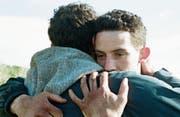 Johnny (Josh O'Connor, rechts), in seiner eigenen Welt eingeschlossen, öffnet sich gegenüber Gheorghe (Alec Secareanu). (Bild: Look Now)