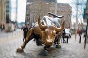 Der Börsen-Bulle in der Nähe der Wall-Street in New York: Der Stier steht für steigende Aktienmärkte. (Bild: Michael Nagle/Getty)
