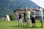 Der Lagerdraht bedeutet Spiel, Spass und Action! Hier abgebildet ist die Gruppe Tang Soo Do Schweiz, die im Sommer 2015 neben der Kampfkunst auch im Bogenschiessen glänzte. (Bild: Archiv Neue LZ / Birgit Müller)
