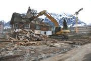 Das Spukhaus wird mit einem Abbruchbagger dem Erdboden gleich gemacht. (Bild Corinne Glanzmann/Neue NZ)