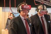 Volkswirtschaftsdirektor Andreas Barraud (r.) und Landammann Othmar Reichmuth tauchen in den virtuellen Kanton Schwyz ein. (Bild: pd)