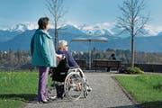 Gäste des Kurhotels Sonnmatt geniessen das Panorama mit dem Bürgenstock und den Alpen. (Bild: Corinne Glanzmann (Luzern, 7. April 2017))