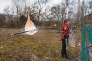 Jana Arnet schiesst mit Pfeil und Bogen auf einen Ballon, der mit Wasser gefüllt ist. (Bild: Dominik Wunderli (Kriens, 20. März 2018))