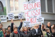 24. November 2012: Luzernerinnen und Luzerner demonstrieren auf dem Kornmarkt gegen das Sparpaket der Regierung. (Bild: Corinne Glanzmann/Neue LZ)