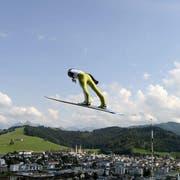 Simi Ammann fliegt über Einsiedeln (Bild: Keystone)
