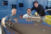 Ressort Sport: Cyril Aregger (Mitte, Leiter) mit René Leupi (links, Leiter Regionalsport) und Albert Krütli, Stv. Leiter Sport. Das Team liess sich in einem Retro-Sportwagen im Verkehrshaus ablichten. (Bild: Boris Bürgisser)