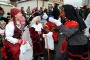 Eine Zigeunerin feuert Kinder in Rickenbach zum «Güssä» an. (Bild Erhard Gick/Neue SZ)