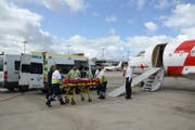 Patienten werden in Gran Canaria in den Ambulanzjet eingeladen (Bild: Rega)