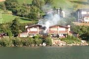 Ein Haus direkt am Alpnachersee steht in Flammen. (Bild: Leserreporter Maurus Wilhelm)