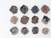 Zwölf Silberpfennige, die man im Gebiet Morgarten gefunden hat. (Bild: Keystone / Res Eichenberger)