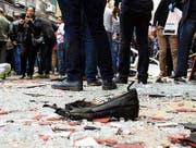 Der Schuh eines der Opfer auf dem Platz vor der St.-Markus-Kathedrale in Alexandria. (Bild: EPA (9. April 2017))