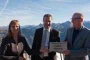 Jürg Balsger (rechts) von der Stanserhorn-Bahn nimmt die Auszeichnung «Aktivität des Jahres 2015» von Regierungsrat Othmar Filliger und Erna Blättler-Galliker, Nidwalden Tourismus, entgegen. (Bild: PD)