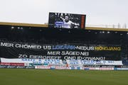 Die FCL-Fans wehren sich mit Reimen auf Transparenten. Und bleiben dem Spiel fern. (Bild: Philipp Schmidli / Neue LZ)