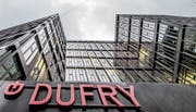 Haupteingang zum Hauptsitz der Dufry Group in Basel: Mit 20,9 Prozent ist HNA die grösste Aktionärin des Schweizer Reisedetailhändlers. (Bild: Patrick Straub/Keystone (8. Februar 2017))