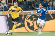 Der FC Luzern - hier mit Jahmir Hyka rechts - muss den Bernern hinterherrennen. Am Ball der zweifache Torschütze Miralem Sulejmani. (Bild: Keystone / Anthony Anex)