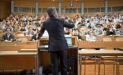 Vorlesungen in Ökonomie gilt es auch zu hinterfragen. (Bild: Gaetan Bally/Keystone (St. Gallen, 1. März 2010))