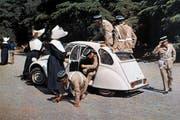 In den Filmen des Franzosen Louis de Funès durfte der 2CV nicht fehlen – hier ein Ausschnitt aus «Balduin, der Schrecken von Saint-Tropez» aus dem Jahre 1970. (Bild: Keystone)