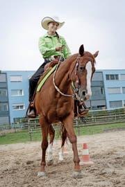 Sie übt ihren Sport weitab vom grossen Zuschauerandrang aus: die 16-jährige Jana Steinmann aus Emmen. Das grüne Hemd ist mit der Satteldecke optimal abgestimmt. (Bild: Corinne Glanzmann)