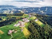 Das idyllisch gelegene Dorf Menzberg kämpft um den Titel «Das schönste Dorf der Schweiz». (Bild: Roger Grütter (18. Juli 2017))