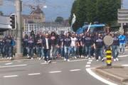 Hier war es noch friedlich: FCL-Anhänger marschieren am Pfingstmontag vom Schwanenplatz her über den Bahnhofplatz in Richtung Allmend. (Bild: PD)