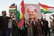 Irakische Kurden marschieren in Erbil mit einem Porträt ihres Präsidenten Masud Barzani. (Bild: Gailan Haji/EPA (13. September 2017))