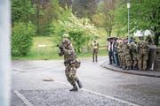 Luzerner Politiker verfolgen eine Übung des Infanteriebataillons 20. (Bild: Roger Grütter (St. Luzisteig, 27. April 2017))