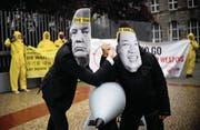 Kampagnen sind ihr Geschäft: Ican-Aktivisten protestieren vor Nordkoreas Botschaft in Berlin – mit Masken von Machthaber Kim Jong Un und US-Präsident Donald Trump. (Bild: Britta Pedersen/DPA (13. September 2017))