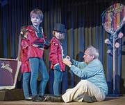 Regisseur und Theaterkids-Gründer Walti Mathis hilft bei einer Probe von «Charlie und die Schokoladen- fabrik» den Kindern beim Zuknöpfen der Mäntel. (Bild: Pius Amrein (Luzern, 13. Dezember 2017))