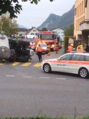 Dieses Leserfoto eines Unfalls in Stans erreichte uns am Freitag. (Bild: Leserbild/Ivo Schmidlin)