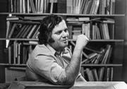 Das Bild zeigt Jürg Jegge anlässlich der Vorstellung seines Buches «Dummheit ist lernbar», in dem er sich kritisch mit dem schweizerischen Schulsystem auseinandersetzt. (Bild: Keystone (15. Juli 1977))