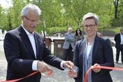 Hans-Peter Häfliger, Geschäftsleiter Omida und Anna Baumann, Direktorin Natur- und Tierpark Goldau schaffen Tatsachen: Das Band ist durchschnitten. (Bild: pd)