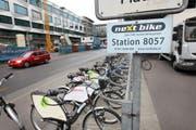 """In Luzern wird ein Veloverleihsystem """"nextbike Luzern"""" eingeführt. Stadträtin Ursula Stämmer bei der Nextbike Station KKL. Fotografiert am 6. Mai 2010 in Luzern. (NeueLZ/Manuela Jans) (Bild: Manuela Jans (Luzern, 6. Mai 2010))"""