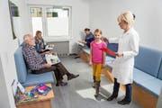Die Nächste bitte: Eine Praxisassistentin ruft im Wartezimmer eine junge Patientin auf. (Bild: Keystone/Jochen Tack)