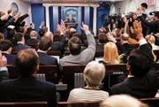 Bei Journalisten unbeliebt: Präsidentensprecher Sean Spicer (auf dem Podest). Bild: Pablo Martinez Monsivais/AP (Washington, 22. Februar 2017)