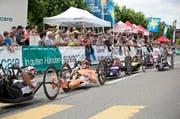 Angefeuert von den zahlreichen Zuschauern absolvieren die Handbiker den Marathon rund um den Sempachersee. (Bild: Manuela Jans / Neue LZ)