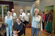 Esther Grunder (rechts) ist beim Seniorentheater Ebikon als Regisseurin eingesprungen. (Bild: Corinne Glanzmann (Ebikon, 6. April 2018))